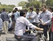 لاہور: ینگ ڈاکٹرز نے احتجاج کے دوران جیل روڈ کو ٹریفک کے لیے بلاک کر ..