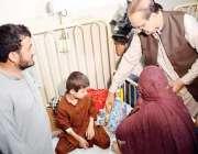 اسلام آباد: وفاقی وزیر صحت عامر محمود کیانی پمز دورہ کے موقع پر بچوں ..