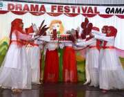 اسلام آباد: دی ایجوکیٹر کمر کیمپس میں ڈرامہ فیسٹیول کے موقع پر بچیاں ..
