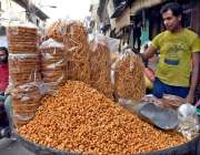 لاہور: دکاندار گاہکوں کو متوجہ کرنے کے لیے کھانے پینے کی مختلف ایشاء ..