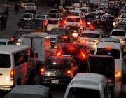 راولپنڈی: مری روڈ پر شدید ٹریفک جام کا منظر۔