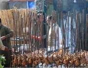 اسلام آباد: لوک ورثہ میں منعقدہ لوک میلہ2018کے موقع پر دکاندار گاہکوں ..