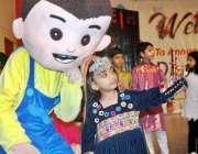 لاہور: مقامی سکول میں سالانہ تقریب تقسیم انعامات کے موقع پر ایک ننھی ..