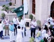 کراچی: نیشنل فوڈز لمیٹڈ کے ہیڈ آفس میں71ویں یوم آزادی کے موقع پر پرچم ..
