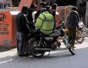 راولپنڈی: مری روڈ کی بے ہنگم ٹریفک کو نظرانداز کئے ٹریفک پولیس اہلکار ..