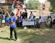 ملتان: ویٹ لفٹنگ مقابلہ میں شریک ایک کھلاڑی اپنے فن کا مظاہرہ کررہ ہے۔