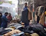 لاہور: شہری سڑک کنارے لگے سٹال سے گرم کپڑ ے خرید رہے ہیں۔