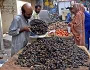 لاہور: ریڑھی بان سنگھاڑے فروخت کررہا ہے۔