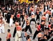 راولپنڈی: ٹرنک بازار میں عاشورہ کے مرکزی جلوس میں عزادار زنجیر زنی ..