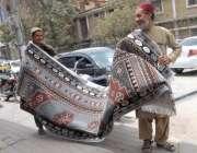 کوئٹہ: محنت کش پھیری لگا کر کارپٹ فروخت کر رہے ہیں۔
