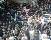 لاہور: عزاداروں کی بری تعداد عاشورہ محرم کے مرکزحی جلوس میں شریک ہے۔