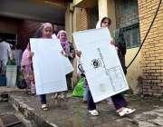 اسلام آباد: عام انتخابات کے سلسلہ میں پولینگ کا سامان لیجایا جار ہا ..