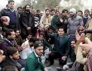 لاہور : ہائیکورٹ کے ملازمین ساتھ پر وکلاء کے تشدد کے خلاف احتجاج کر ..