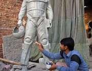 لاہور: ایک آرٹسٹ ائیرفورس کے پائلٹ کا سٹیجو بنارہا ہے۔