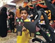 فیصل آباد: مقامی سکول میں سائنسی نمائش کے موقع پر ایک بچہ اپنا بنایا ..