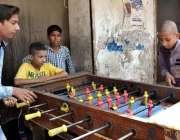سرگودھا: بچے گیم کھیلنے میں مصروف ہیں۔