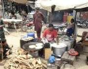 لاہور: لوہاری کے قریب ایک شخص نے سڑک کنارے دکان سجا رکھی ہے۔
