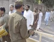 لاہور: مال روڈ پر واقع مسجد شہداء میں نماز جمعہ کی ادائیگی کے موقع پر ..