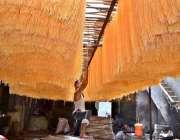 لاہور:مزدور عیدالفطرکے پیش نظر بنائی گئی سویاں خشک کرنے کے لیے دھوپ ..