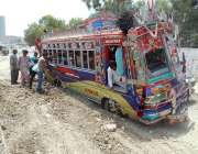 کراچی: جٹ لائن کے علاقہ کے قریب مسافر بس کچی جگہ پر پھنسی ہوئی ہے۔