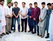 کراچی: سابق وزیراعلیٰ سندھ و پی ٹی آئی رہنما لیاقت علی جتوئی کے ساتھ ..