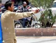 راولپنڈی: نوجوان گھر کی کفالت کے لیے پھری لگا کر بلبلے فروخت کررہا ہے۔