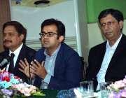 اسلام آباد: ڈی جی نادراذوالفقار علی دیگر کے ہمراہ پریس کانفرنس کر رہے ..
