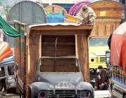 راولپنڈی: ایک معمر محنت کش ٹرک کی باڈی تیار کررہا ہے۔