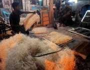 راولپنڈی:کاریگر صادر آباد کارخانے میں رات کے اوقات میں لاہور کولر کی ..