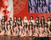 لاہور:الحمراء ہال میں منعقدہ فیض انٹر نیشنل فیسٹیول2018کے موقع پر طالبات ..
