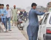 لاہور: ضلعی انتظامیہ کی جانب سے پابندی کے باوجود دیائے راوی کے پل پر ..