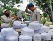 اسلام آباد: شہری سڑک کنارے لگے سٹال سے ٹوپی پسند کر رہا ہے۔
