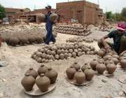 حیدر آباد: کمہار روایتی انداز سے مٹی کے برتن تیار کرنے کے بعد ترتیب ..
