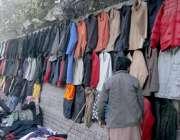 لاہور: میو ہسپتال روڈ پر ایک شخص نے پرانی جیکٹیں فروخت کے لیے دیوار ..
