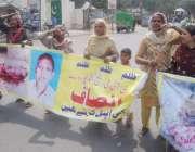 لاہور: شیخو پورہ کے رہائشی اپنے مطالبات کے حق میں پریس کلب کے سامنے ..