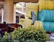 راولپنڈی: مزدور گھوڑا ریڑھی پر اوورلوڈنگ کیے جا رہا ہے جو کسی حادثے ..