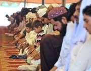ملتان:روزہ دار ماہ رمضان کے چوتھے جمعتہ المبارک کی نماز ادا کر رہے ہیں۔