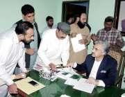لاہور: صوبائی وزیر صنعت و تجارت میاں اسلم اقبال کھلی کچہری میں لوگوں ..