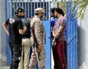 کراچی: عام انتخابات 2018  کراچی کے ایک پولنگ اسٹیشن میں ووٹرز ووٹ کاسٹ ..