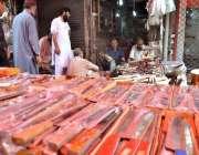 اسلام آباد: عیدالاضحی کی آمد کے موقع پردکاندار فروخت کے لیے چھریاں ..
