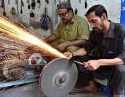 پشاور: مزدور عزاداروں کے لیے زنجیریں تیار کر رہے ہیں۔
