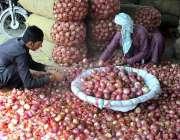 فیصل آباد: محنت کش سبزی منڈی میں پیاز چھانٹی کر رہے ہیں۔