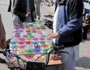 اسلام آباد: محنت کش موٹر سائیکل پر فجٹ اسپنر سجائے فروخت کر رہا ہے۔