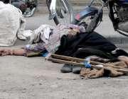 راولپنڈی: جامع مسجد روڈ پر ایک بے سہارا معمر خاتون روڈ کنارے سو رہی ..