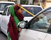 راولپنڈی: خانہ بدوش بچی گھر کی کفالت کے لیے صدر کے علاقہ میں ایک گاڑی ..
