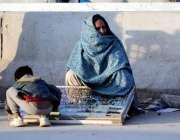 اسلام آباد: خاتون کھنہ پل روڈ کنارے انگوٹھیاں سجائے فروخت کے لیے بیٹھی ..