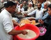 پشاور: شہری سڑک کنارے لگے سٹال سے کچالا پیڑا خرید رہے ہیں۔
