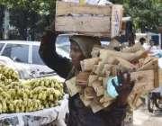 لاہور: ایک خاتون گھر کا چولہا جلانے کے لیے پھل فروش سے کیٹ کی لکڑیاں ..