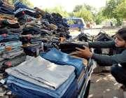 اسلام آباد: دکاندار گاہکوں کو متوجہ کرنے کے لیے استعمال شدہ کپڑے سجا ..