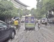 لاہور: شہر میں موسلا دھار بارش کے بعد واپڈا ہاؤس کے باہر پانی جمع ہے۔